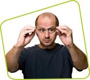 איש מסתכל דרך משקפיים