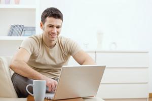 למידה אונליין באמצעות מחשב נייד.